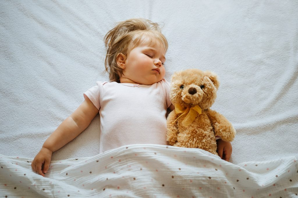 enfant dort seul doudou